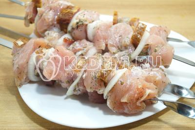 На низать на шампуры кусочки мяса, чередуя корейкой и луком. Шашлык из курицы с корейкой