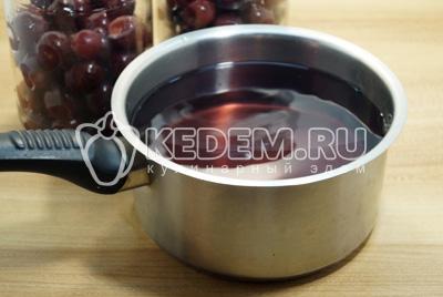 Слить воду в кастрюлю и добавить сахар.