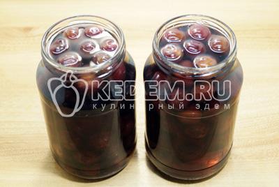Залить сироп в банки с ягодами и закупорить. Убрать в тепло на 12 часов.