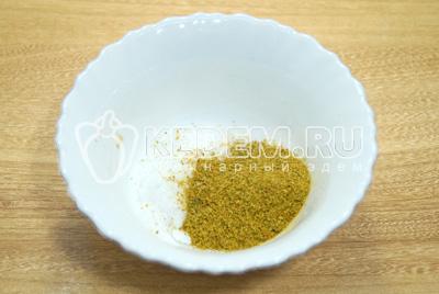В миске смешать соль и специи.