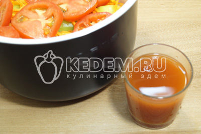 Добавить томатный сок, немного посолить сверху.