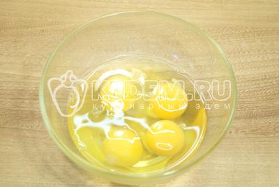 Яйца взбить в миске и немного посолить.
