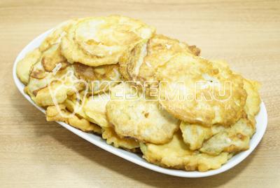 Выложить на блюдо слоями чередуя слой кабачков и тертый чеснок.