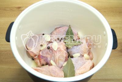 Добавить душистый перец, ломтики чеснока, лавровый лист и соль.