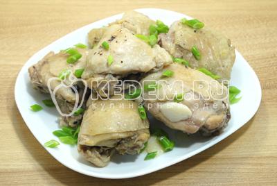 Готовые кусочки курицы выложить на блюдо и посыпать мелко нашинкованной зеленью лука.