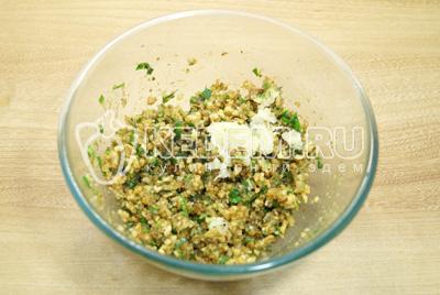 Добавить измельченный чеснок, посолить и хорошо перемешать начинку.