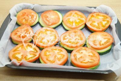 Добавить сверху нарезанные кружочками помидоры.