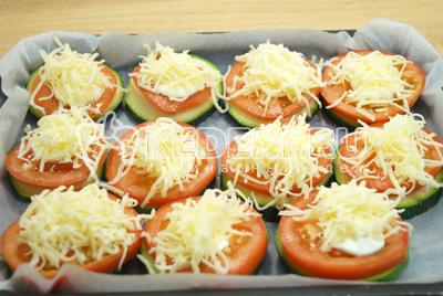 Посыпать тертым сыром и поставить в  духовку на 180 градусов С 20 минут.