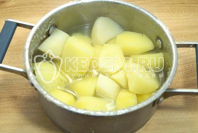 Очистить и сварить картофель до готовности.