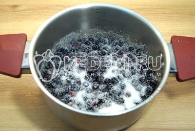 Переложить ягоды в кастрюлю для варки и засыпать сахаром, оставить на ночь.