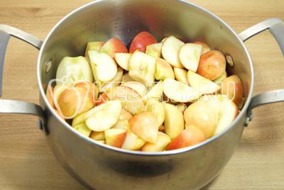 Сложить в кастрюлю и добавить четверть стакана воды, варить на среднем огне до мягкости яблок.