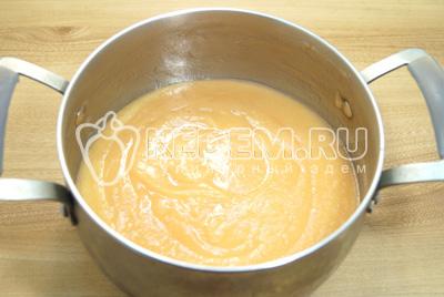 Яблочное пюре вернуть обратно в кастрюлю и добавить сахар.