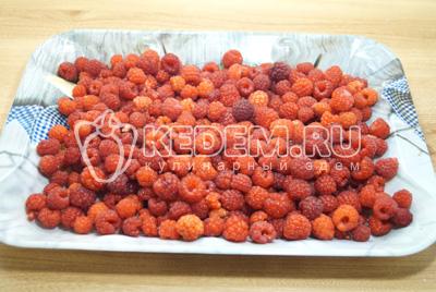 Выложить на разнос или плоское блюдо ягоды в один слой.