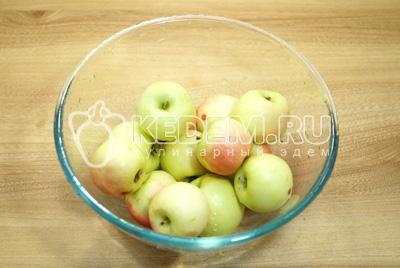 Яблоки хорошо промыть и перебрать.