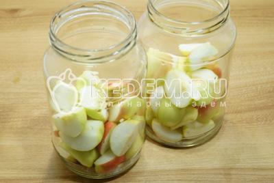 Уложить яблоки на 1/3 от объема чистой и сухой банки.