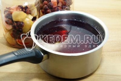 Воду слить в  кастрюлю и добавить  сахар, из расчета на 1 литр 150 г сахара, вскипятить сироп.