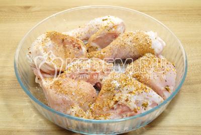 Выложить курицу в форму, посолить и приправить молотой смесью перцев.