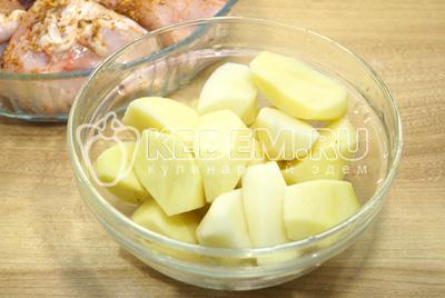 Картофель очистить и крупно нарезать.