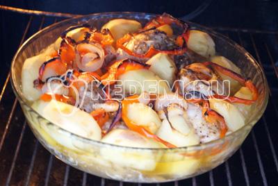 Сбрызнуть маслом и готовить  в духовке  при 180 градусах С 40 минут.
