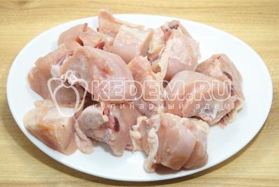 Курицу хорошо вымыть и обсушить. Нарезать порционными кусочками.