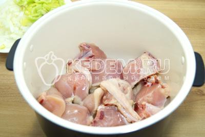 Кусочки курицы выложить в чашу мультиварки и добавить растительное масло. Готовить в режиме ЖАРКА, 15-20 минут.