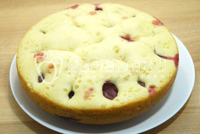 Готовый пирог выложить на блюдо, немного остудить.