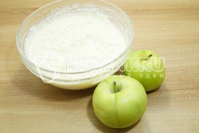 Яблоки очистить от кожуры и сердцевины, натереть на терке.