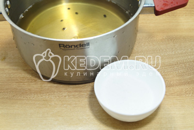 Слить воду в кастрюлю и добавить сахар и соль, из расчета по 2 ст. ложки на 1 литр воды.