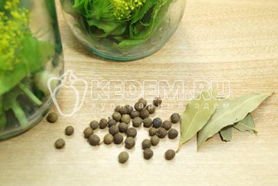 Добавить по одному лавровому листу и по 3-5 горошин черного душистого перца.