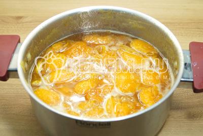 Снова вскипятить и помешивая варить 10-15 минут. В конце добавит лимонную кислоту и перемешать.