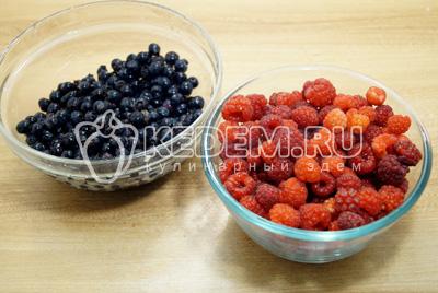 Ягоды ирги промыть и обсушить, ягоды малины перебрать.