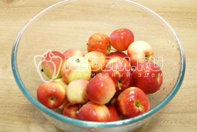 Яблоки промыть и обсушить.