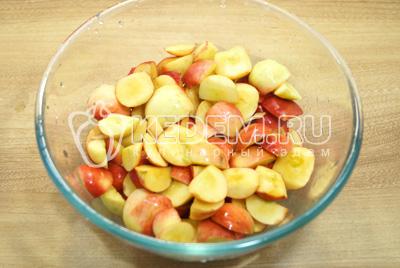 Нарезать яблоки на четвертинки и удалить сердцевину.