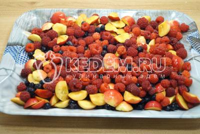 Выложить ровным слоем на плоский разнос яблоки и ягоды вперемешку. Убрать на 1час в морозилку до полного застывания.