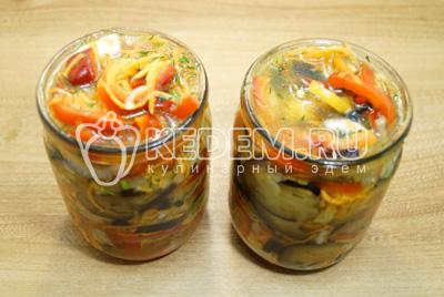 Разложить по баночкам, залить образовавшимся соком от овощей.