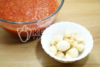 Пропустить очищенные болгарские перцы, помидоры и острый перец через мясорубку. Чеснок очистить.