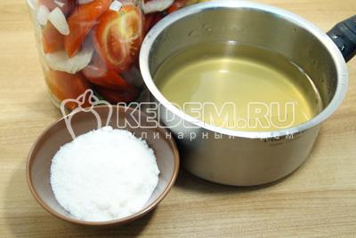 Добавить соль и сахар, из расчета на 1 литр воды 2 ст. ложки соли и  3ст. ложки сахара. Хорошо вскипятить маринад.