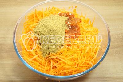 Добавить в миску к моркови. Добавить, перец, чеснок, специи. Хорошо помять руками и оставить на 20 минут.