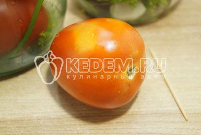 Каждый помидор проколоть зубочисткой в нескольких местах.