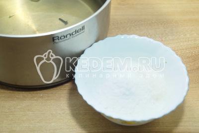 Слить воду в кастрюлю и добавить 2 ст. ложки соли и 4 ст. ложки сахара на 1 литр. Вскипятить маринад.
