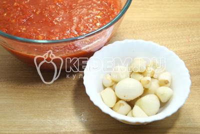 Перцы и помидоры пропустить через мясорубку, чеснок очистить.
