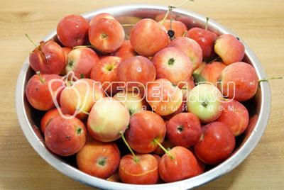 Яблоки хорошо промыть.