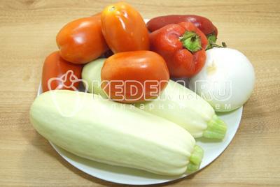 Все овощи промыть, лук, перец и кабачки очистить.