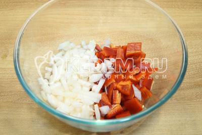 В миску нашинковать кубиками перец и лук.
