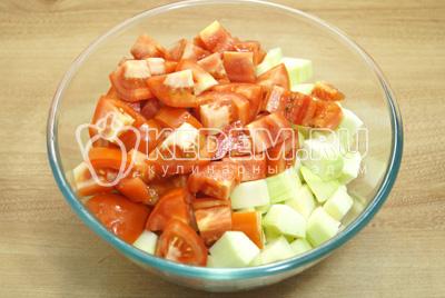 Добавить кубиками нарезанные помидоры.