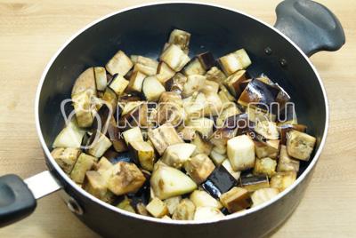 Добавить половину масла и обжаривать помешивая 5-7 минут.