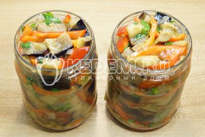 Разложить по баночкам, сверху заливая сок с маслом от овощей.