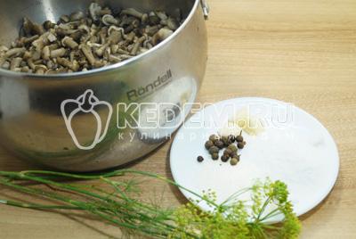 Сложить в кастрюлю, для маринада добавить соль, сахар, перец, чеснок и укроп.