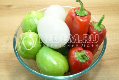 Овощи промыть, лук и перец очистить.