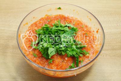 В овощную заправку добавить мелко нашинкованную петрушку.